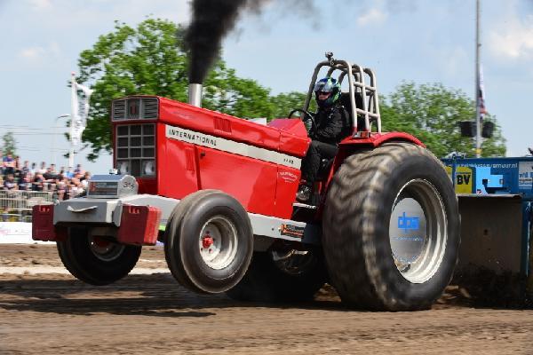 NTTO tractorpulling, zwarte rookpluimen